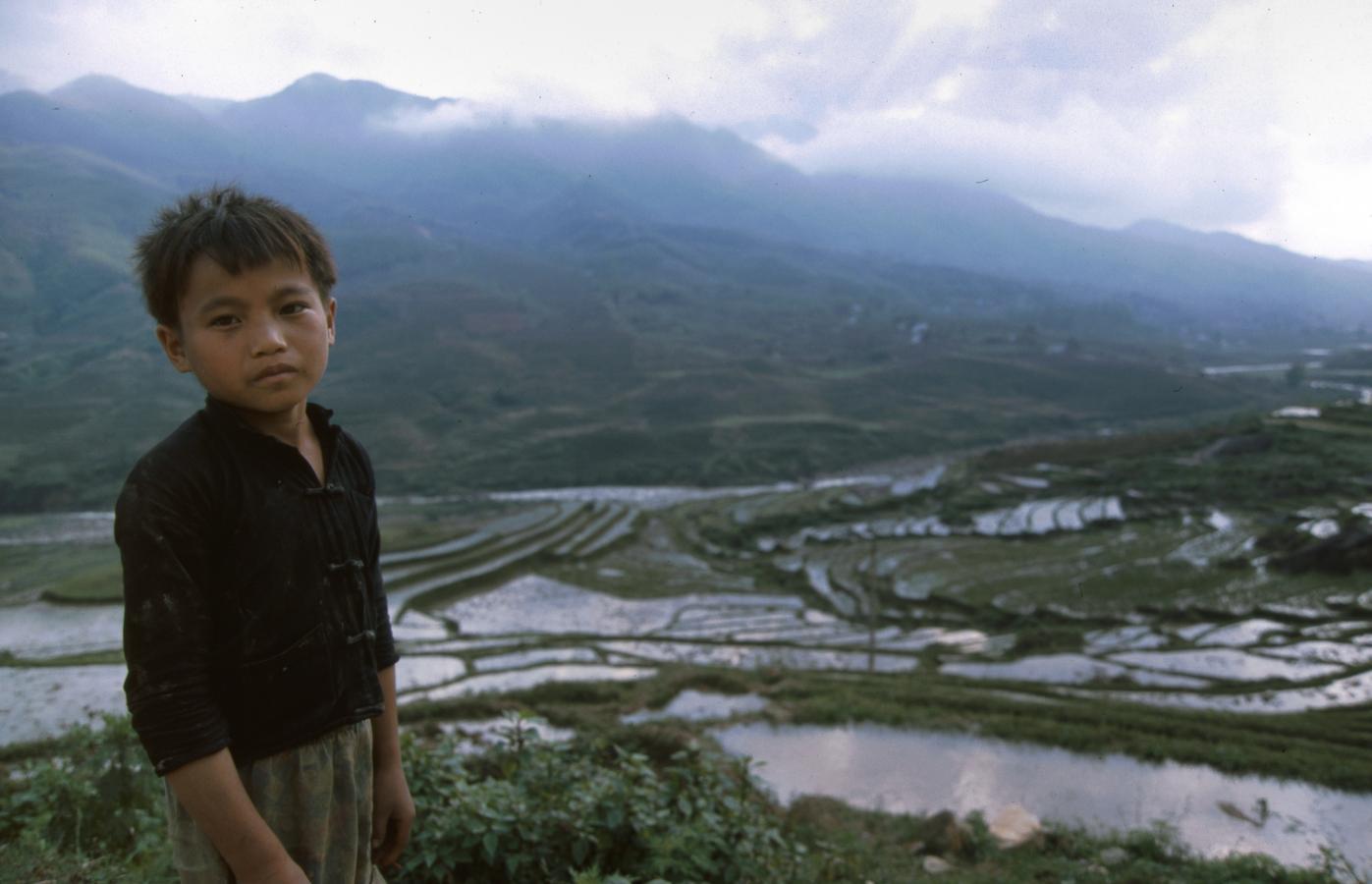 boy-in-front-of-sapa-rice-fields