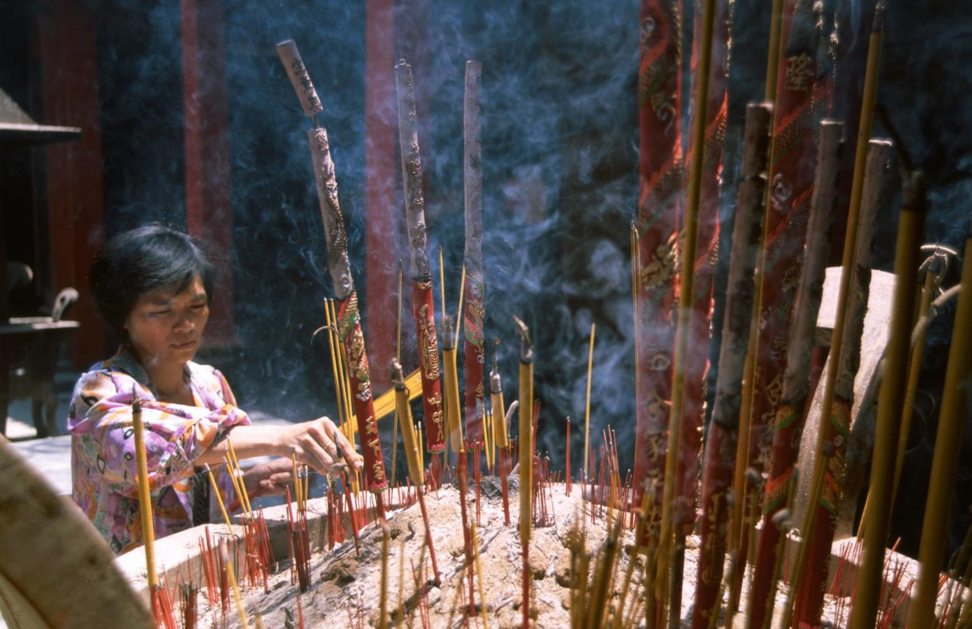 praying-in-a-temple-ho-chi-minh-city-(saigon)