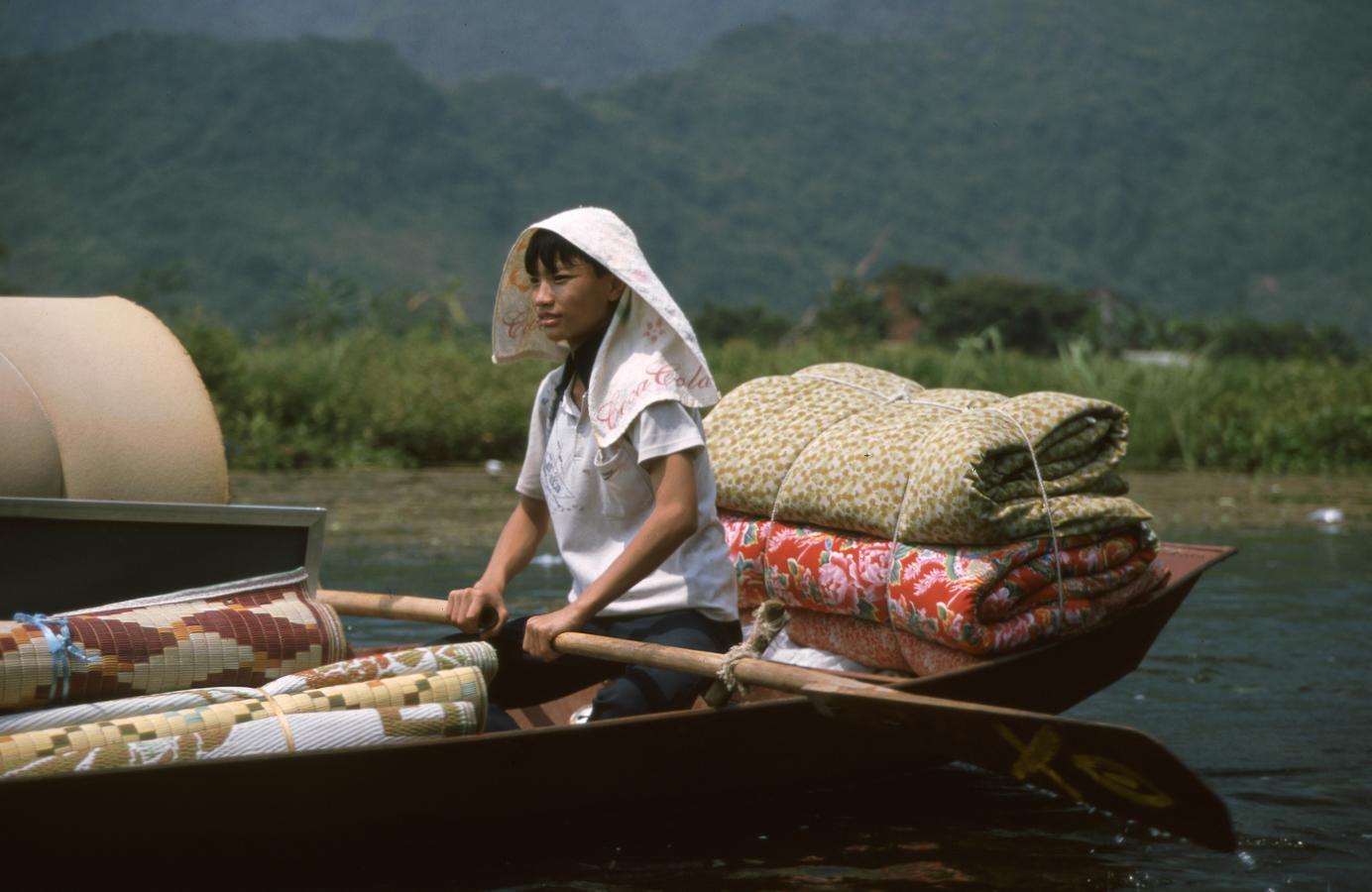 girl-in-a-boat-son-river