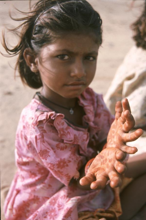 girl-with-mehndi-hands-in-the-desert-around-jaisalmer-2003