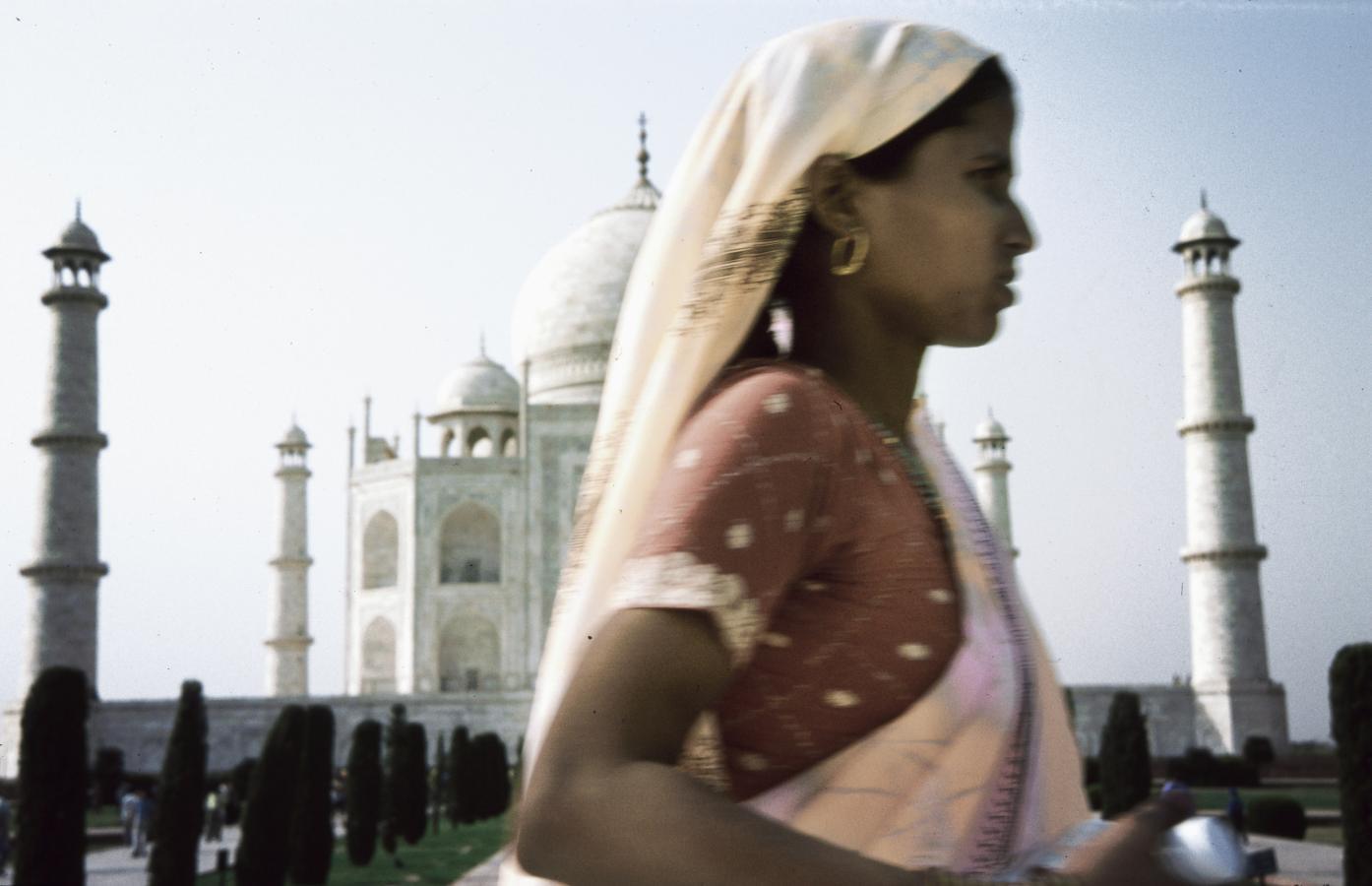 woman-in-front-of-the-taj-mahal-agra-2003